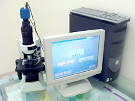 位相差顕微鏡を用いてお口の中で悪さをしている原因菌を特定します。
